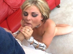 Jeune salope blonde Isabel Ice baise en trio