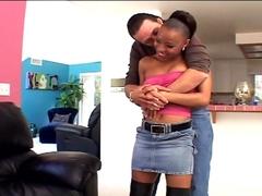 Une jolie black offre son corps à 2 hommes