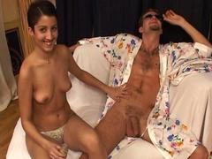 Lola debute dans le porno avec un beau ravalement du minou !