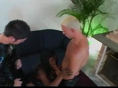 Trans black baise avec deux types pervers