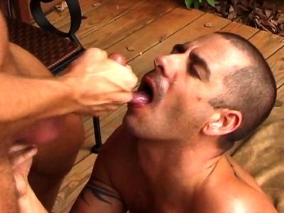 Démonstration de pipe gay amateur et éjac faciale pour un mec passif