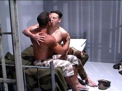 Un mec chaud baise avec le gardien de la prison