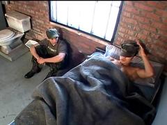 Deux militaires en cellule baisent ensemble