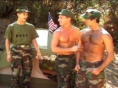 Deux soldats prennent leur pied en plein air!