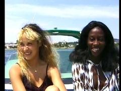 Sur un bateau deux femmes se font plaisir