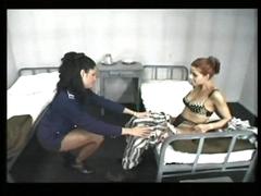 Prisonnière soumise à une gardienne de prison