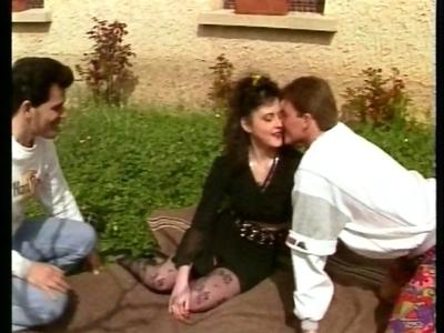 Un couple d'amateur fran�ais et un ami d�cident de s'arr�ter devant une jolie pe