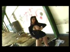 Une française cochonne dans un entrepôt abandonné