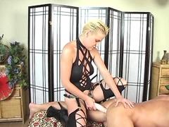 Dominatrice baise le cul d'un type avec un gode ceinture