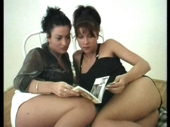 2 lesbiennes matures font l'amour dans le lit