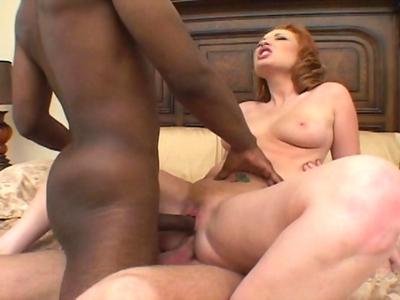 Porno 2 mecs vs 1 fille Rouquine en sucant son mari elle prend une bite black dans l