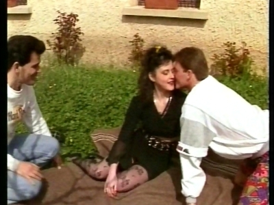 Un couple d'amateur français et un ami décident de s'arrêter devant une jolie pe